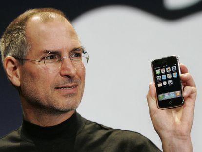Steve Jobs mostra o primeiro iPhone da Apple durante a conferência MacWorld em San Francisco, em 9 de janeiro de 2007.