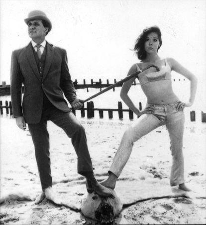 Imagem do ator Patrick Macnee, no papel de John Steed, e Diana Rigg como Emma Peel, em foto promocional de 'Os Vingadores'.