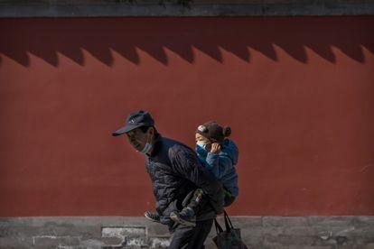 Um avô passeia com seu neto por um parque de Pequim, em fevereiro deste ano
