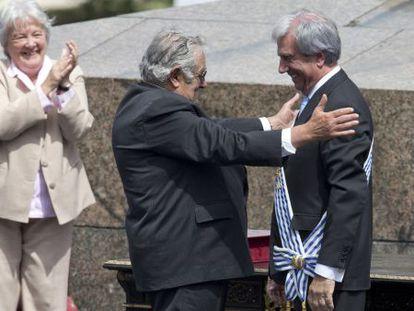Mujica, com sua esposa atrás, abraça Vázquez.