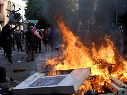 Fogo em barricada durante protesto na cidade chilena de Concepción, na terça-feira passada.