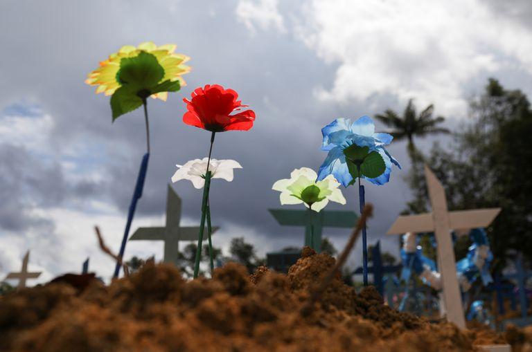Sepulturas do cemitério Parque Tarumã em junho de 2020, Manaus.