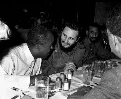 Fidel Castro, depois de uma refeição em Nova York, em 1960.