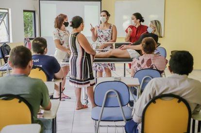 Familiares dos pacientes participam de treinamento de cuidadores.