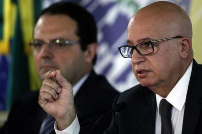 Os ministros Nelson Barbosa e Valdir Simão, ao anunciar corte de gastos na última sexta.