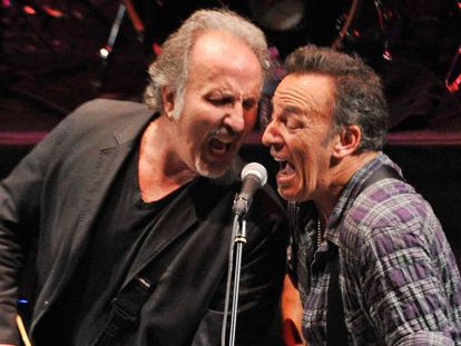Bruce Springsteen e Joe Grushecky (e), durante um show em Nova Jersey em 2012.