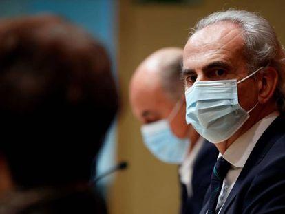 O secretário de Saúde da Comunidade de Madri, Enrique Ruiz Escudero, no centro, ao lado da diretora-geral de Saúde Pública, Elena Andradas, e do vice-secretário, Antonio Zapatero, neste sábado.