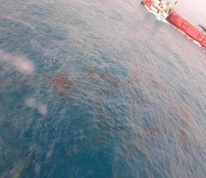 Imagens mostram manchas de óleo ao redor do navio.