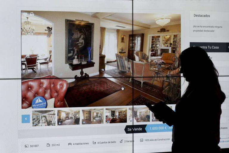 Mulher observa anúncio de uma moradia em um site imobiliário.