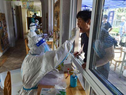 Agente de saúde realiza um teste para detectar o coronavírus na cidade de Nanquim na última segunda-feira.