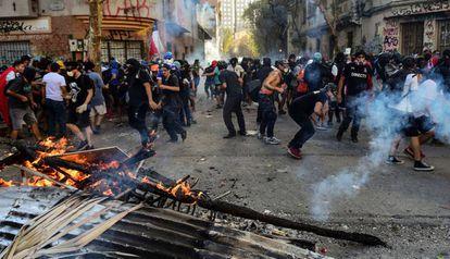 Manifestantes erguem uma barricada em Santiago, durante um protesto de rua em 31 de outubro, uma sexta-feira.