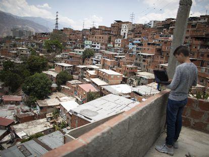 Na imagem, um jovem tenta se conectar à Internet em um telhado de Caracas (L. F. V, Getty)