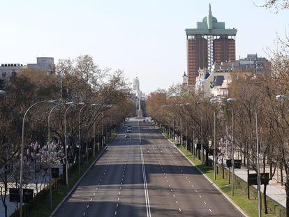 O Paseo de la Castellana em Madri sem tráfego, neste sábado.
