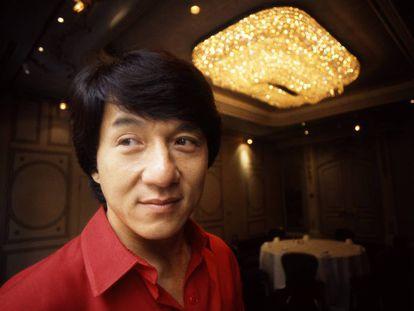 O ator chinês mais popular, Jackie Chan, ostentando sua saudável cabeleira.