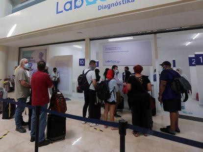 Turistas na fila para fazer um teste de PCR no aeroporto de Cancún.