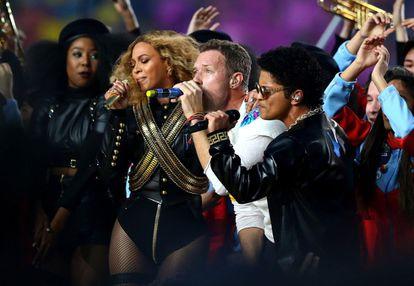 Beyoncé, Chris Martin e, à direita, Bruno Mars.