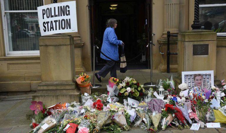 Flores em homenagem a Jo Cox em frente a um centro eleitoral em Batley.