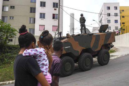Forças Armadas participam de operação em Niterói, no Rio de Janeiro.