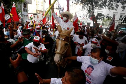 O candidato Pedro Castillo, na quinta-feira, no encerramento da campanha. / GIAN MASKO / EFE