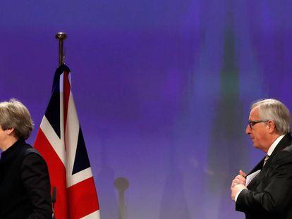 Theresa May e Jean-Claude Juncker, em Bruxelas