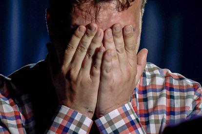 Fotograma do vídeo transmitido pela emissora estatal belarussa ONT nesta quinta-feira com a suposta confissão de Roman Protasevich. Na imagem veem-se as marcas das algemas nos pulsos do jornalista.