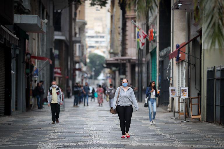 Pedestres caminham no centro de São Paulo, epicentro da pandemia de coronavírus no Brasil.