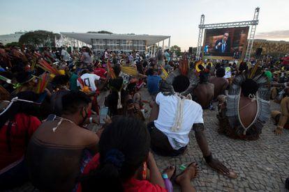 Indígenas acampados em Brasília assistem à sessão do Supremo na quarta-feira da semana passada, quando a discussão foi adiada para esta semana.