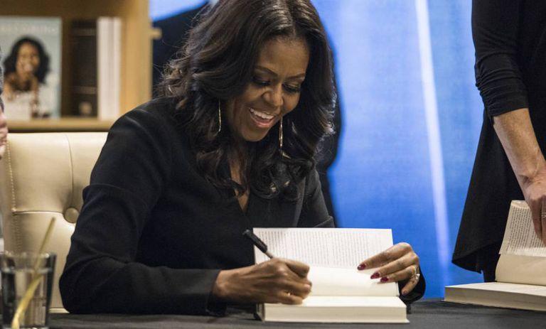 Michelle Obama durante sessão de autógrafos na 'Seminary Co-op Bookstore', em Chicago.