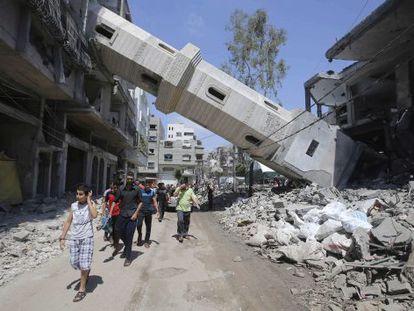 A torre de uma mesquita destruída após ataque israelense em Gaza.