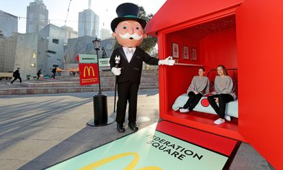 Promoção da retomada do jogo Monopoly do McDonald's em Melbourne, na Austrália, em 2016. No vídeo, o trailer do documentário.