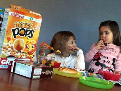 Crianças consumindo produtos Kellogg's.