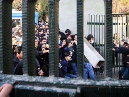 Um grupo de manifestantes em confronto com a polícia no fim de semana perto da Universidade de Teerã.