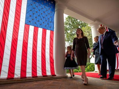 Trump ao lado da juíza Amy Coney Barrett em evento neste sábado, onde confirmou a indicação da magistrada para a Suprema Corte do país.