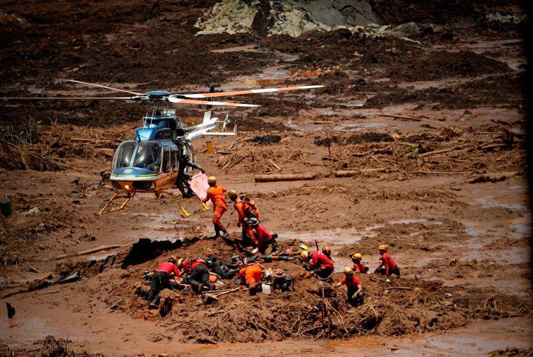 Bombeiros trabalham no resgate de corpos após rompimento de barragem da Vale em Brumadinho.