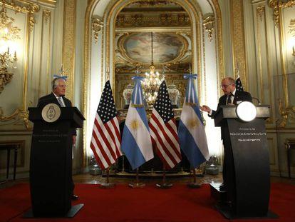 Rex Tillerson (esq.) e Jorge Faurie em coletiva de imprensa em Buenos Aires.