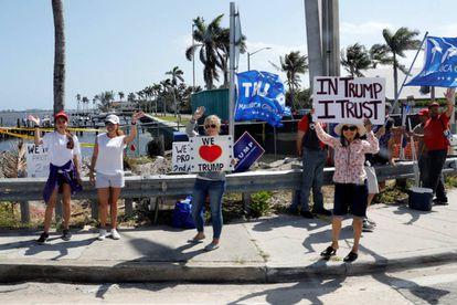 Seguidores de Trump na sexta-feira aguardando sua chegada a Palm Beach, Flórida.