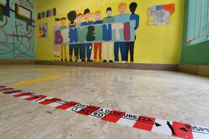 Marcas no chão para garantir distância de segurança em uma escola em Gênova (Itália).
