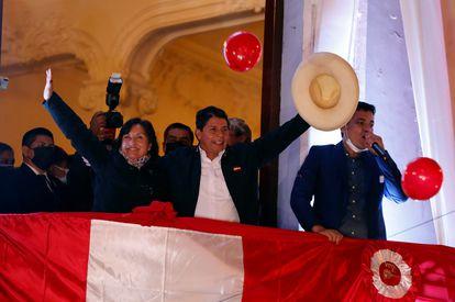 Pedro Castillo cumprimenta seus apoiadores de uma sacada após ser proclamado presidente eleito do país, em Lima, nesta segunda-feira.