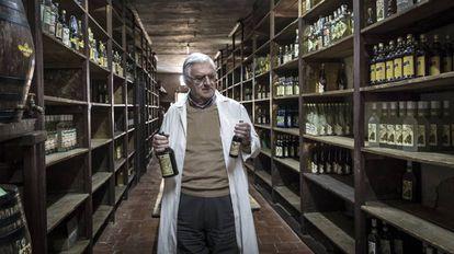 Juan Juan Micó, proprietário das Destilerías Ayelo, com antigas garrafas de Kola-Coca