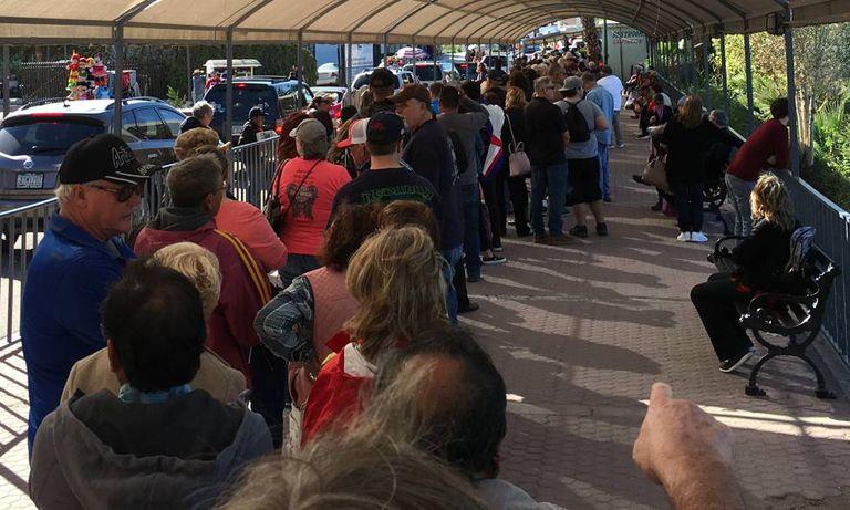 No sábado, centenas de turistas esperam mais de duas horas em uma fila para voltar aos Estados Unidos, em Los Algodones, no México