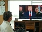 Em vídeo publicado em suas redes sociais, o presidente Jair Bolsonaro assiste ao pronunciamento de Donald Trump nesta quarta-feira.