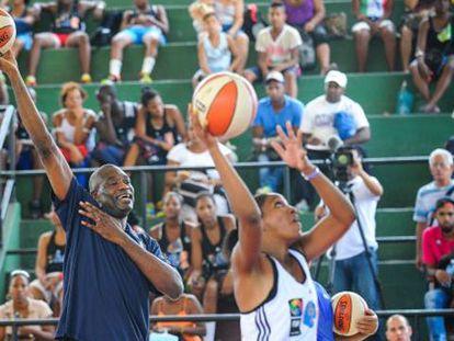 Ex-jogador Mutombo em Cuba.