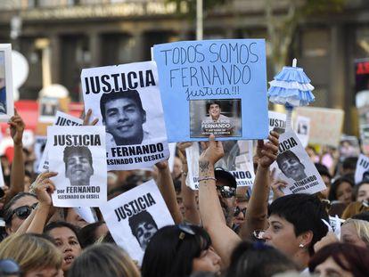 Manifestantes carregam fotos de Fernando Báez, assassinado há um mês por um grupo de 10 jogadores de rúgbi na saída de uma casa noturna.