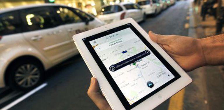 Usuário do Uber consulta o app em Valência.