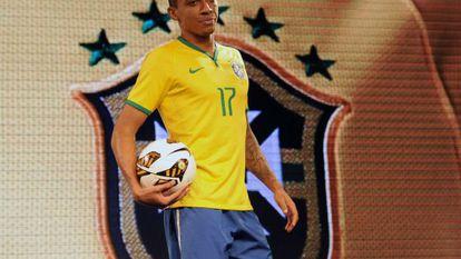O jogador Luiz Gustavo com o uniforme da seleção que será usado na Copa.