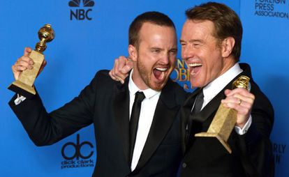 Aaron Paul e Bryan Cranston comemoram os Globos de Ouro de 'Breaking Bad'.