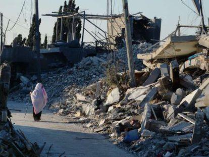 Uma palestina caminha entre os escombros em Beit Hanun, em 12 de agosto.