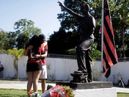 Torcedores se emocionam ao prestar homenagem às vítimas no CT do Flamengo.