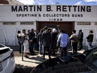 Pessoas na fila esperando para comprar armas, nesta terça-feira em Los Angeles.