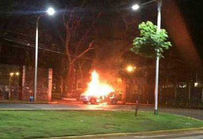 Uma caminhoneta incendiada pelo comando durante a fuga